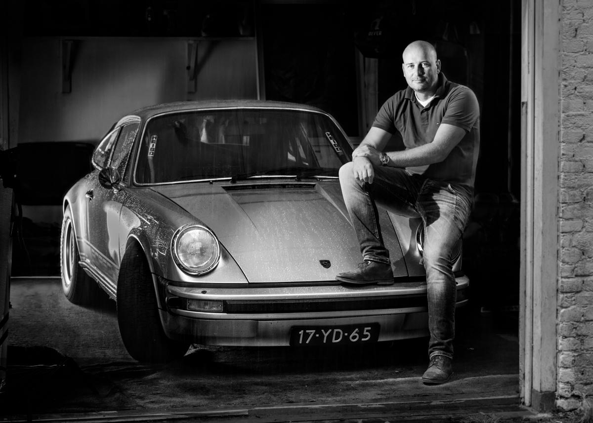 Award Winning Classic car portret Porsche klassieke filmset mobiele belichting ARRI DeSisti locatie - OOGST Fotograaf Maarn